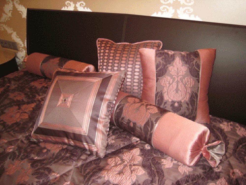 Подушка декоративная на кровать